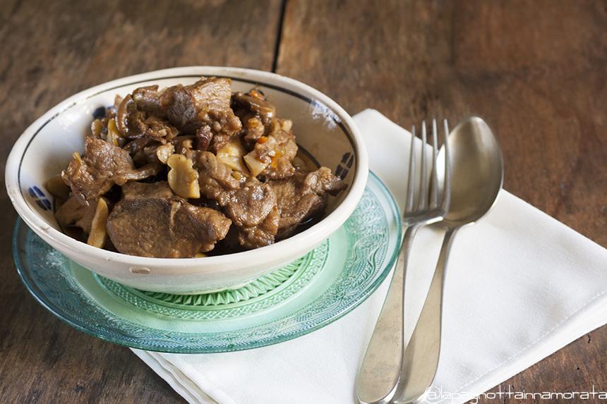 Spezzatino di maiale ai sapori del bosco per il calendario del cibo italiano la pagnotta - Maiale sul divano ...